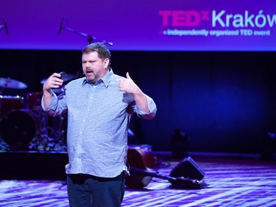 rob-on-stage-tedxkrakow-close-upjpg